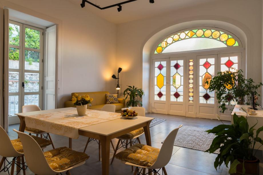 ampio salone con divano letto matrimoniale e zona living attrezzata